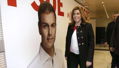 Susana Díaz, ante un cartel con la cara de Pedro Sánchez.