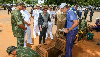 Rousseff visita a los militares que combate al mosquito en Brasilia