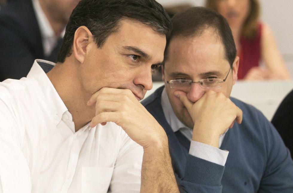 Pedro Sánchez y César Luena durante el Comité Federal del PSOE.