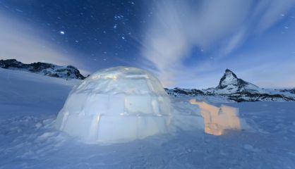 Un iglú delante de la montaña Matterhorn en Zermatt, Suiza.rn rn