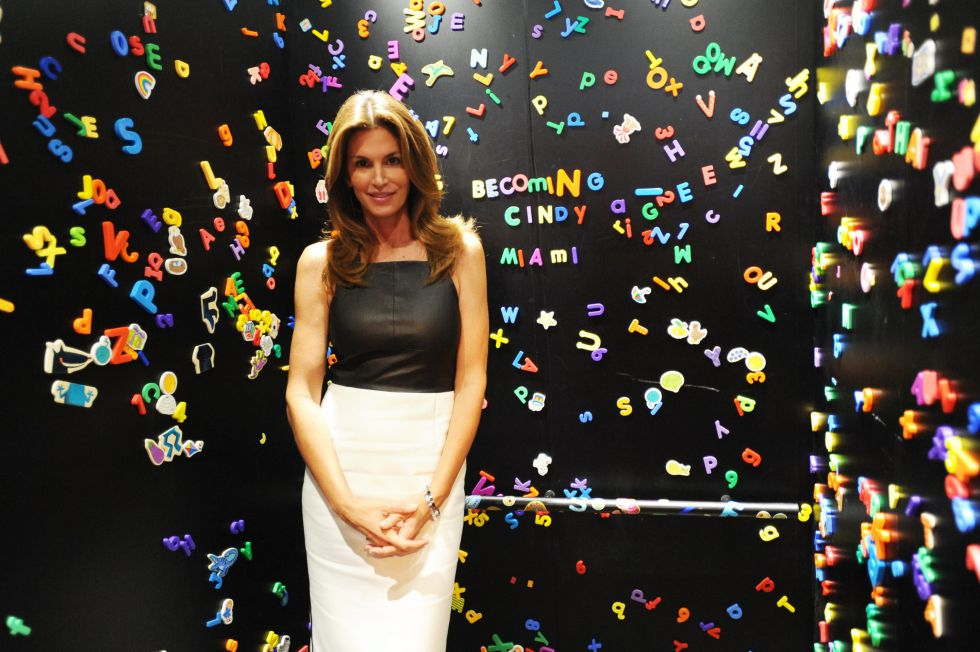 Cindy Crawford promociona su libro, 'Becoming' en Miami.
