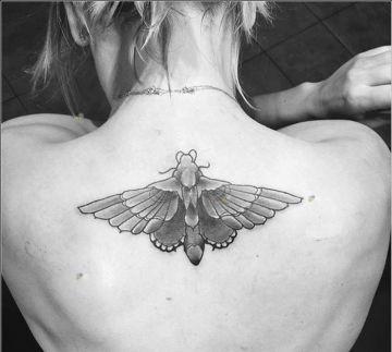 Kaley muestra la mariposa tatuada en su espalda en su Instagram. Se la hizo tras divorciarse para ocultar la fecha de su boda.