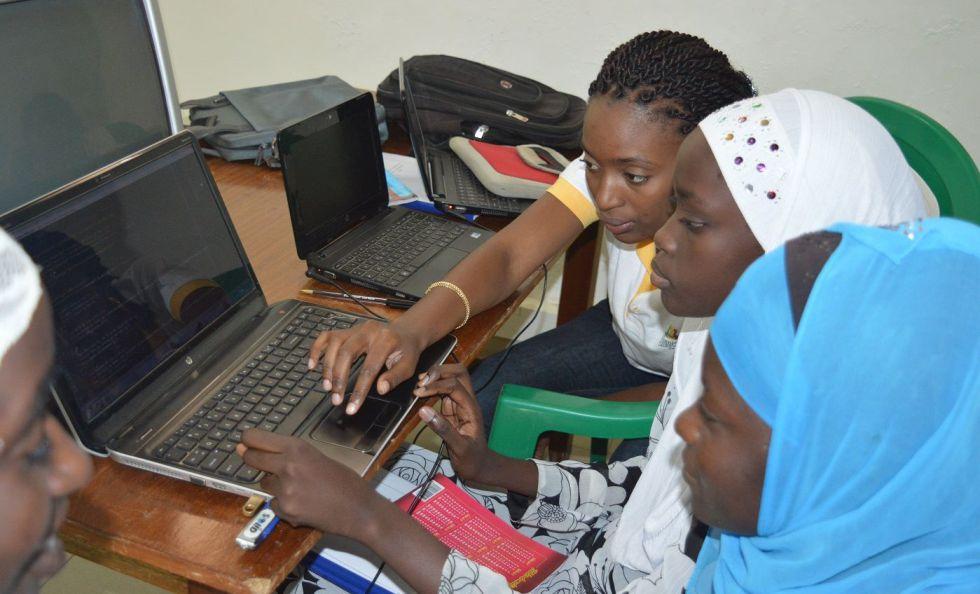 Actividades de formación en codificación para mujeres jóvenes de Jjiguène Tech Hub.