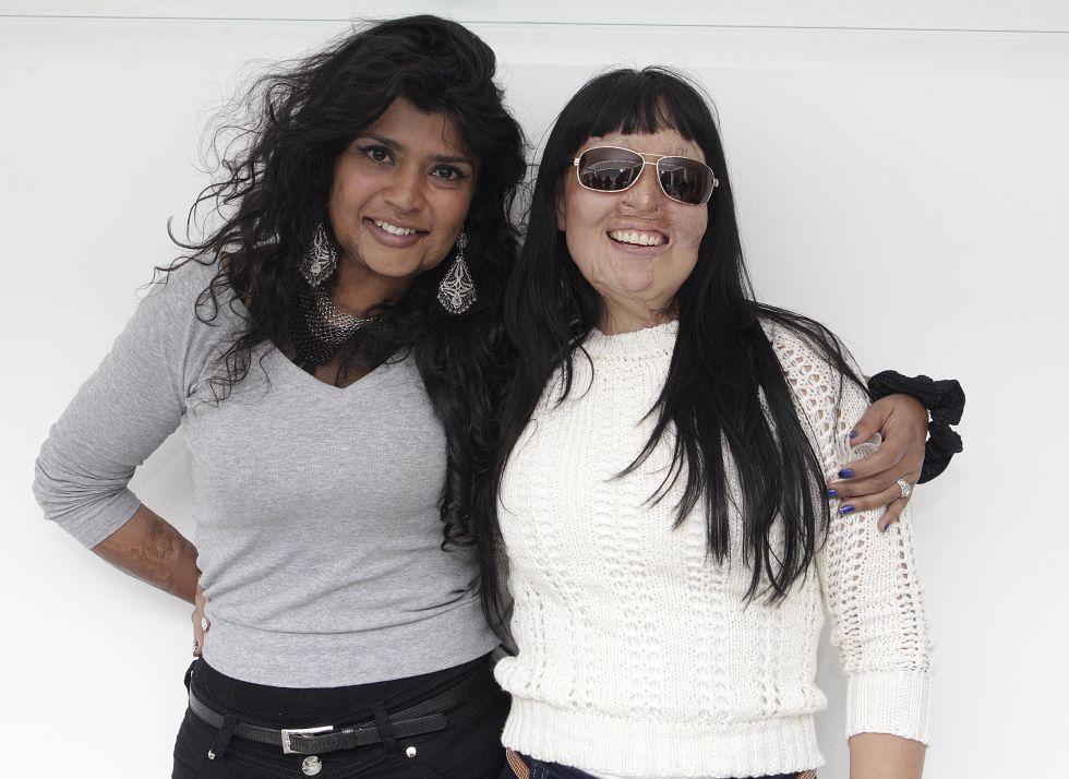 Gina Potes con Patricia, su gran amiga cuya hija adolescente se suicidó al verla desfigurada. Imagen de su archivo personal.