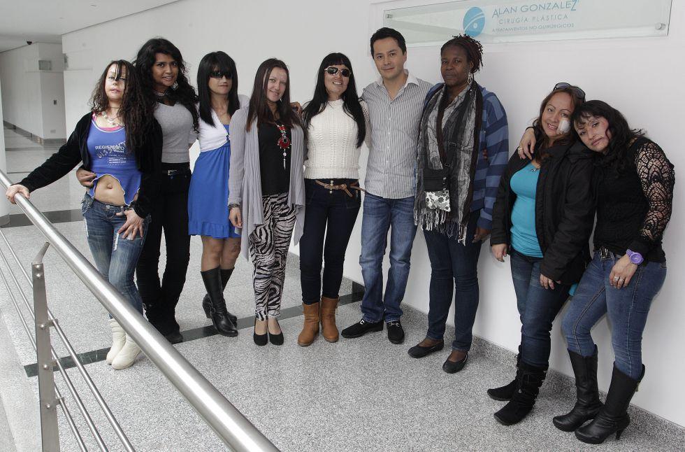 Gina Potes junto a sus compañeras de lucha: Angela, Erika, Luz Fanny, Angie, Patricia, Andrea, Viviana y Nereida. En la clínica de uno de los cirujanos que les ayudan. Imagen de su archivo personal.