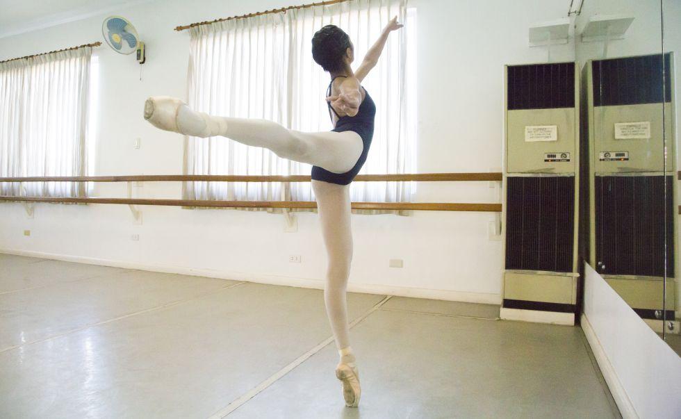Celine Astrologo, de 14 años, durante las lecciones de ballet.