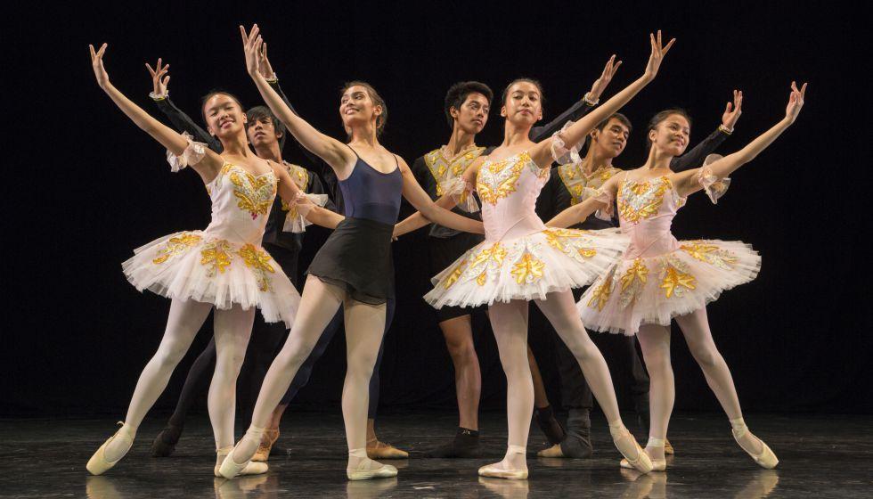 Niños bailarines de la Academy One durante una función en Manila. El centro forma a 17 menores huérfanos.