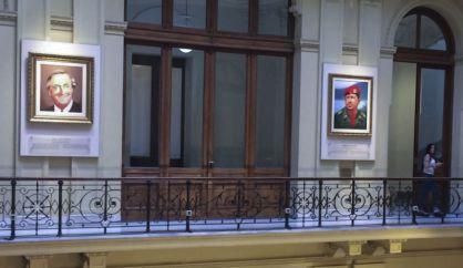 Los cuadros de Kirchner y Chávez en la Casa Rosada.