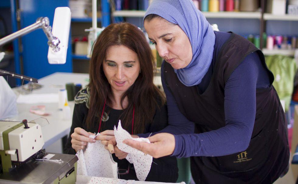 Dos trabajadoras del taller Occhiena, en Sevilla.