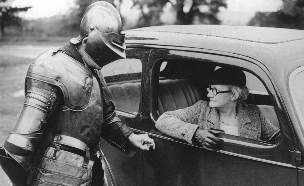 Un auténtico 'gentleman' está siempre dispuesto a ayudar a socorrer a una dama en apuros aun a riesgo de abollar su propia carrocería.