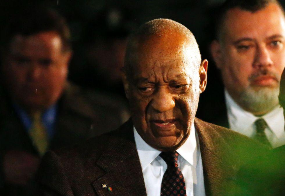Bill Cosby sale del juzgado de Montgomery tras la vista preliminar.