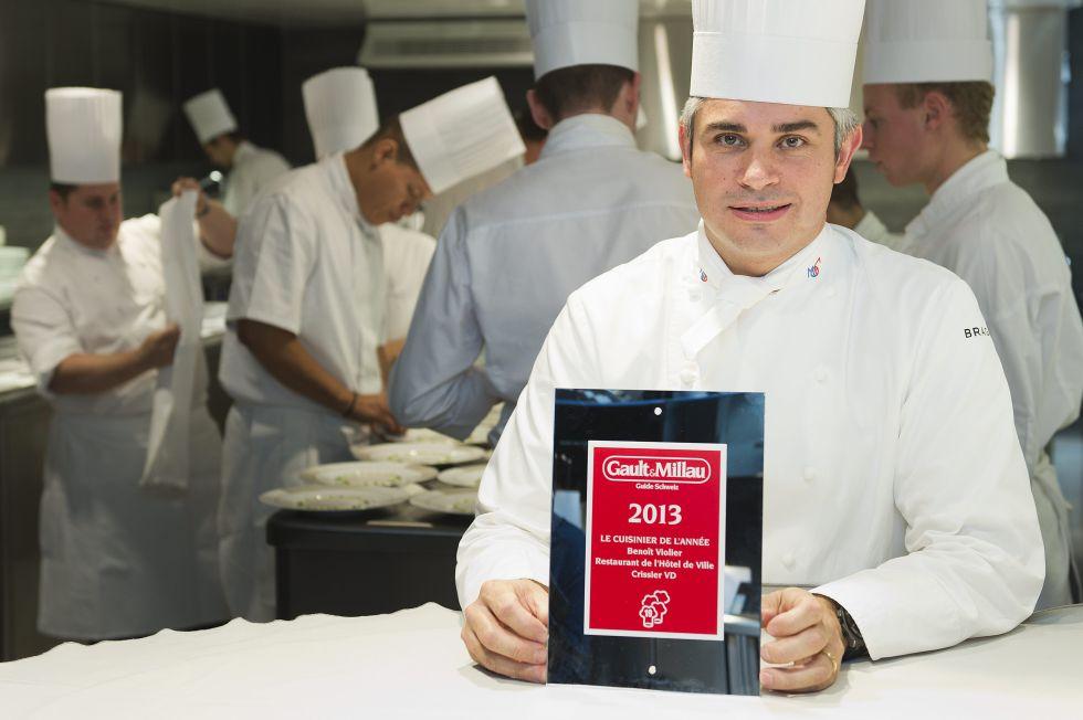 El chef suizo Benît Violier posa con el certificado de mejor restaurant de la guía Gault Millau de 2013.