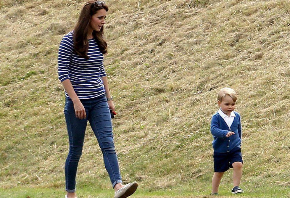 Kate Middleton y el príncipe Jorge en un partido de polo en 2015.