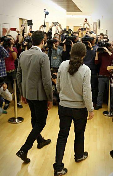 Pablo Iglesias y Pedro Sánchez, ayer en el Congreso de los Diputados.