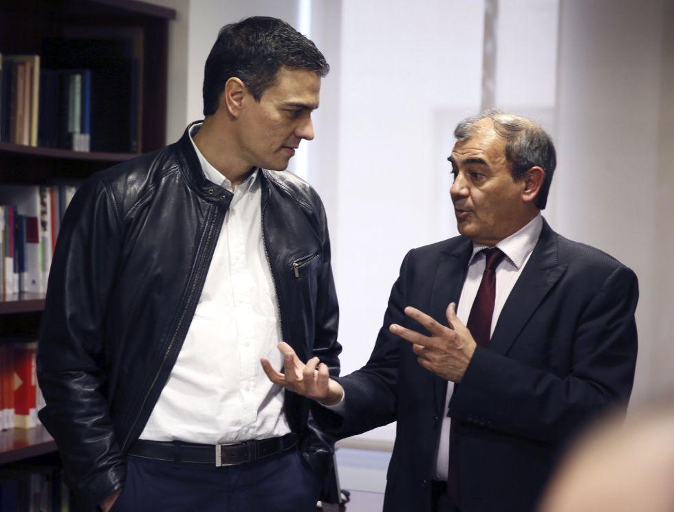 El secretario general del PSOE, Pedro Sánchez, conversa con el presidente de la Confederación Española de la Economía Social, Juan Antonio Pedreño, en la jornada en que inició visitas a diversos colectivos.