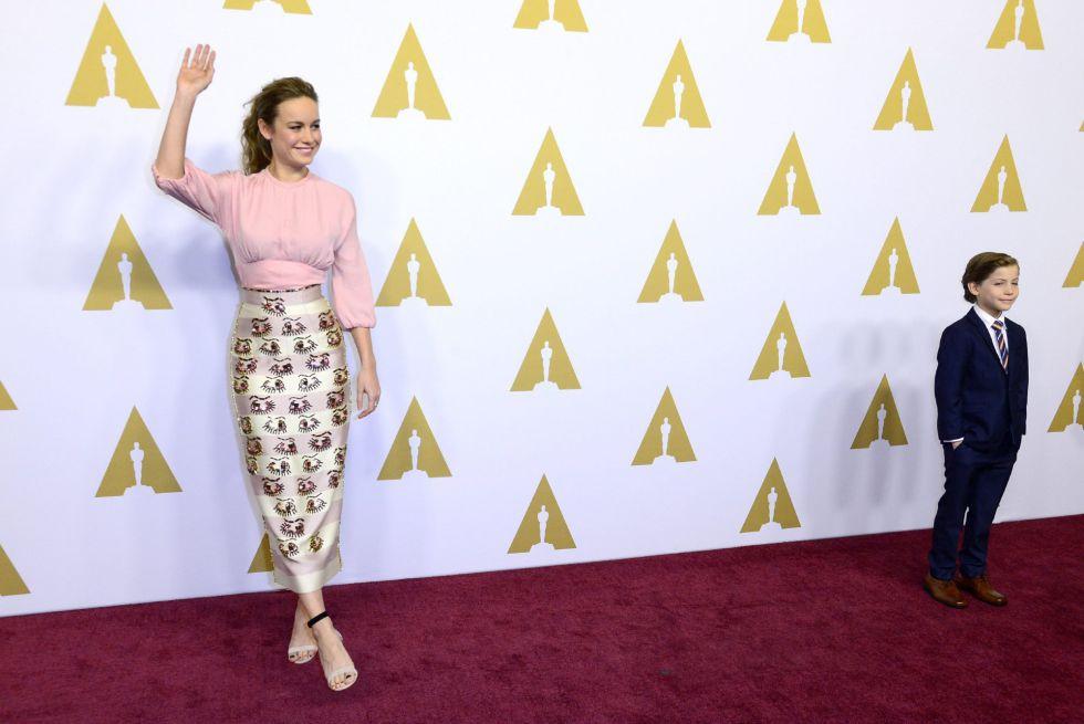 La actriz estadounidense Brie Larson y el actor canadiense Jacob Tremblay posan a su llegada para el tradicional almuerzo de los nominados a los premios Oscar.