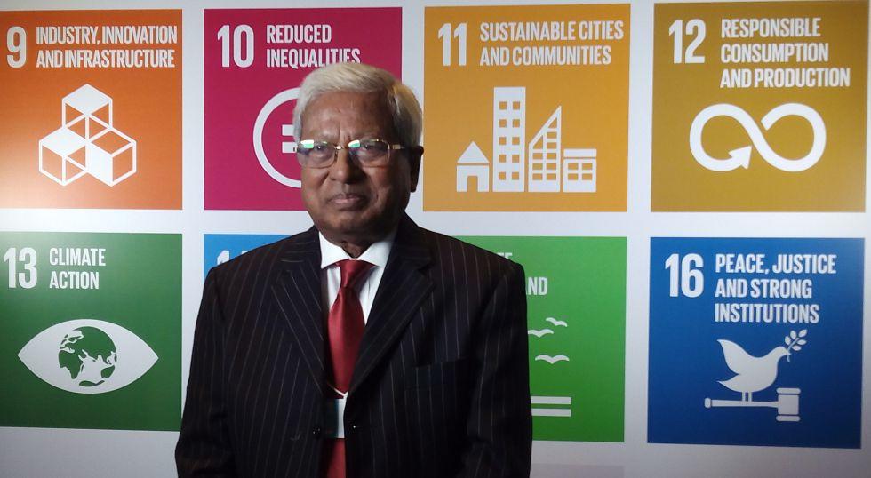 Fazle Hasan Abed en la Cumbre de Gobiernos del Mundo en Dubai.