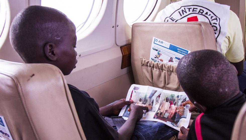 Los hermanos Chiroma se pasan todo el vuelo mirando una foto de su abuela.
