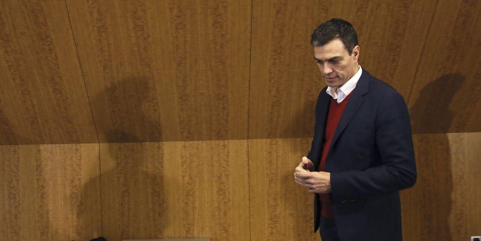 Pedro Sánchez, ayer antes de un encuentro con representantes de la comunidad educativa.