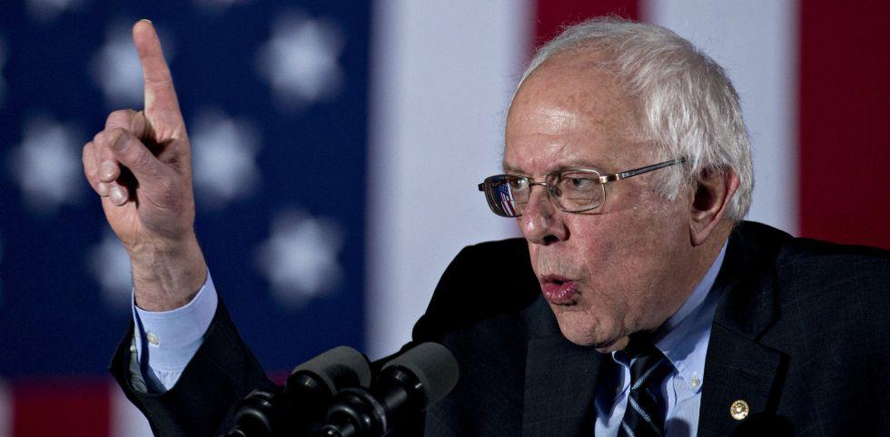 Bernie Sanders se dirige a sus votantes tras la victoria.