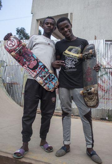 Dos jóvenes aficionados al 'skate' posan con sus monopatines.