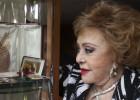 Silvia Pinal observa la Palma de oro de 'Viridiana', de Luis Buñuel.