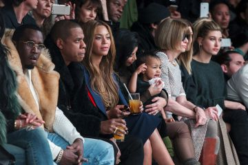 Kim Kardashian, Jay-Z, Beyonce y Anna Wintour durante la presentación de las zapatillas de Kanye West en Nueva York en 2015.