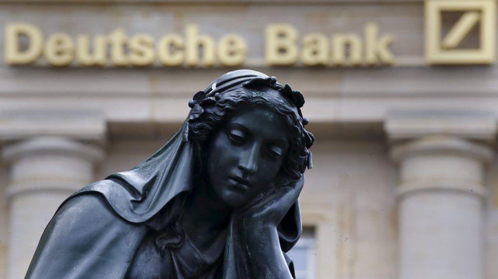 Una estatua delante de una sede del Deutsche Bank en Frankfurt.