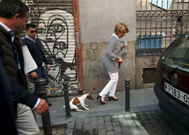Esperanza Aguirre y su perro Pecas