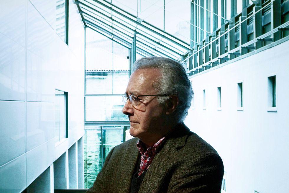 El arquitecto Manuel Gallego, retratado en la exposición antológica sobre su obra que ha acogido la Fundación Barrié de la Maza de A Coruña.