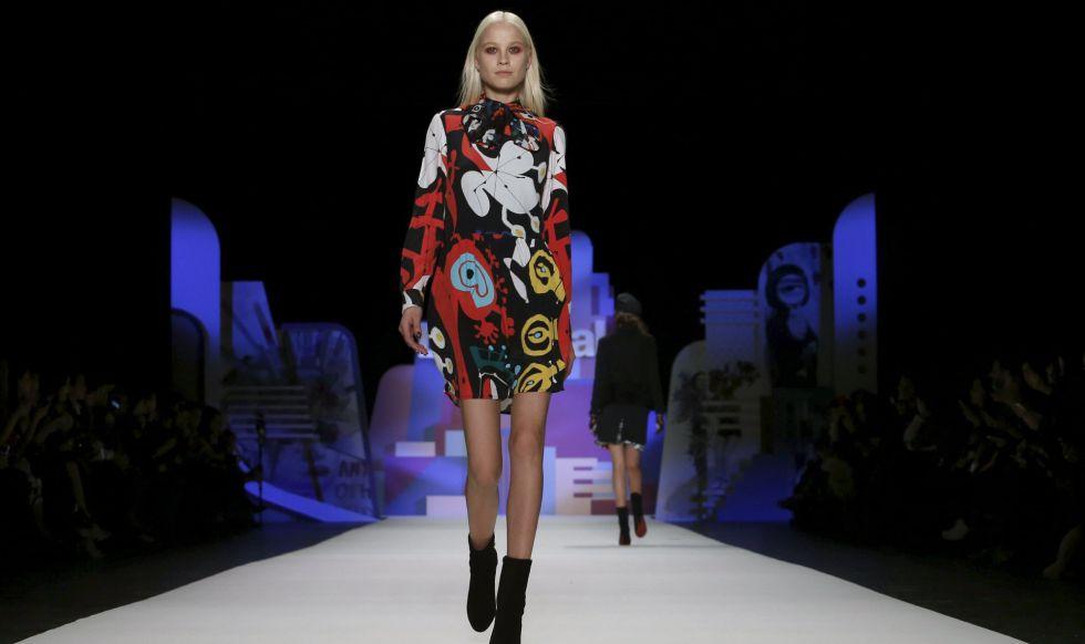 Una modelo luce una creación de la marca española Desigual.
