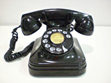 Teléfono antiguo con disco de marcar.