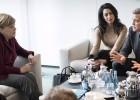 Merkel se reúne con George y Amal Clooney