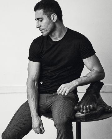 Entre lo deportivo y lo elegante, Silvestre lleva camiseta negra y pantalón cargo en tela de traje, ambos, Dior Homme.