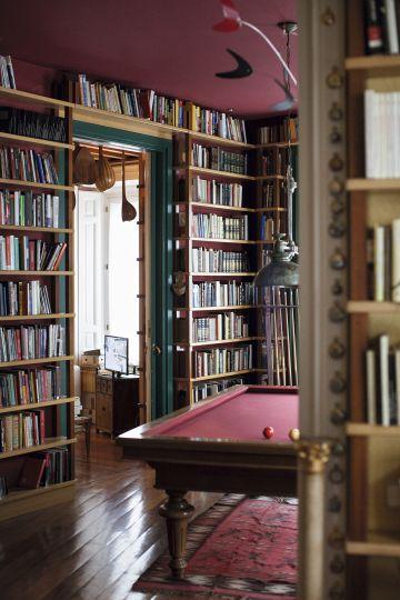 En el piso de abajo del hogar de Sabina se encuentra esta mesa de billar con la que todos alguna vez hemos soñado. En la habitación contigua hay un caballito de tiovivo y más allá, un estudio de grabación.