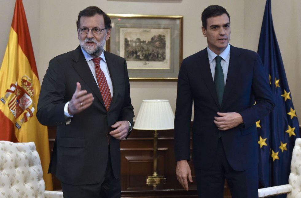 Mariano Rajoy y Pedro Sánchez, antes de su breve encuentro del 12 de febrero en una sala del Congreso de los Diputados.