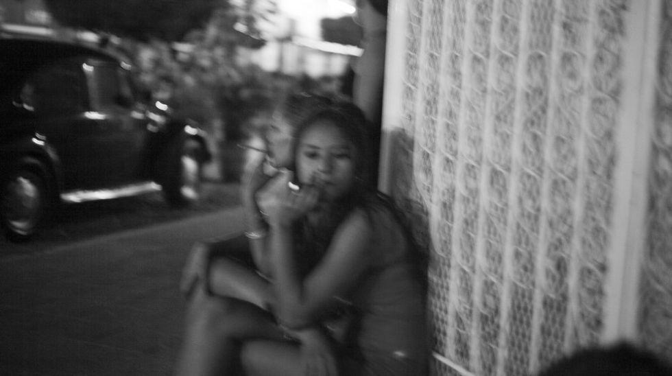 Jóvenes esperando clientela en su zona de La Calzada.