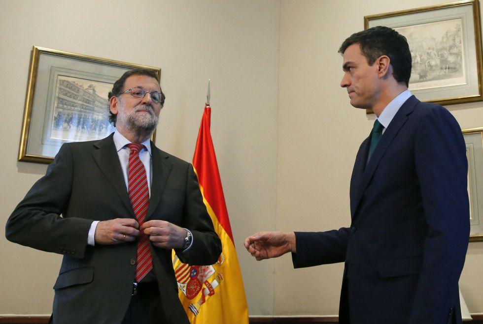 El presidente del Gobierno en funciones, Mariano Rajoy, y el secretario general del PSOE, Pedro Sánchez, durante su encuentro del viernes en el Congreso de los Diputados.