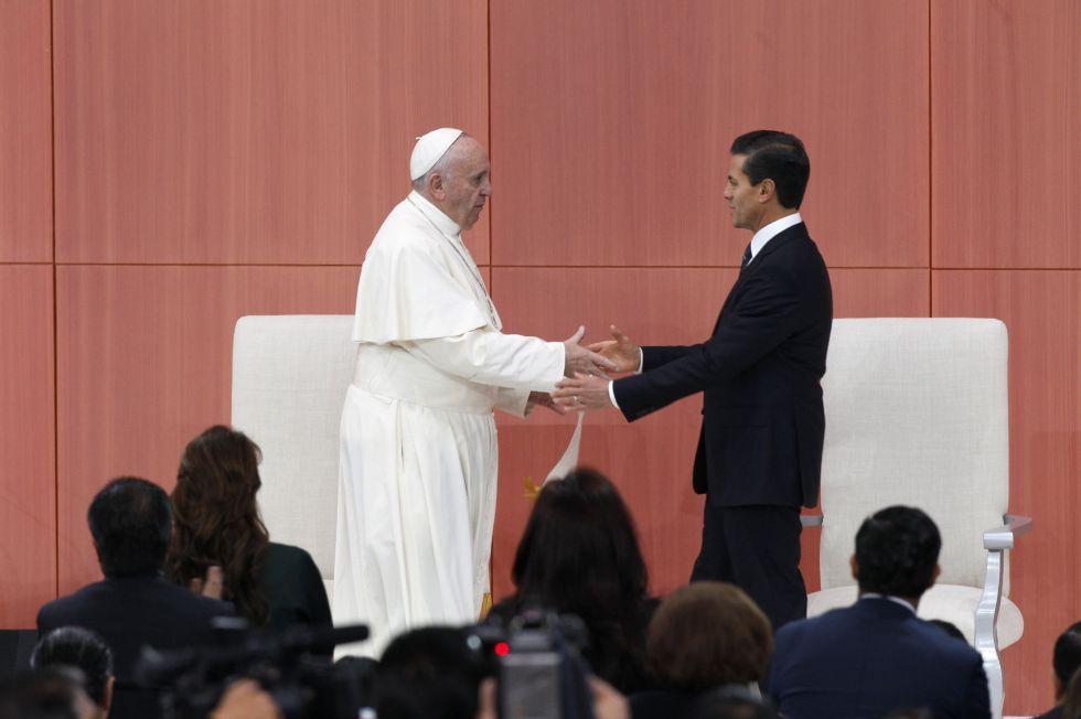 El papa Francisco saluda al presidente de México, Enrique Peña Nieto, ayer durante su ceremonia de bienvenida en el Palacio Nacional de Ciudad de México.