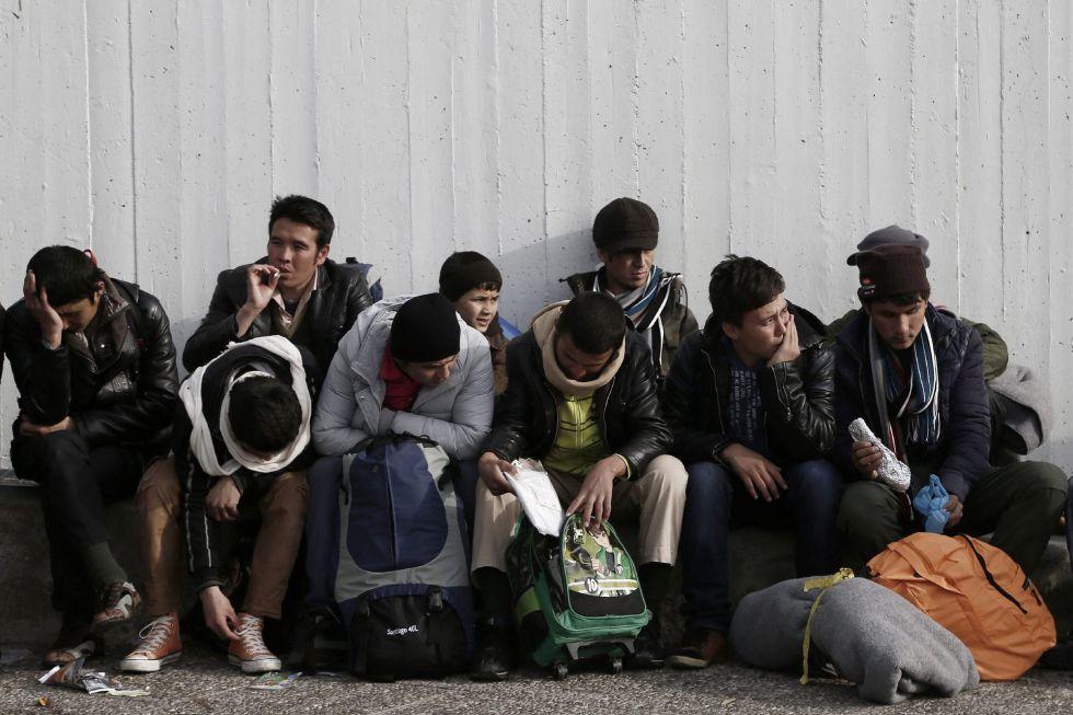 Un grupo de refugiados descansa en el puerto del Pireo, cerca de Atenas, el pasado día 8.