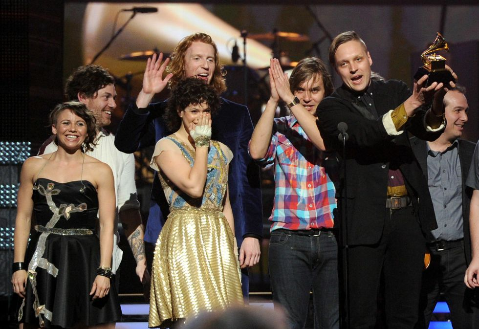 Arcade Fire recogiendo el gramófono de oro por 'The Suburbs'