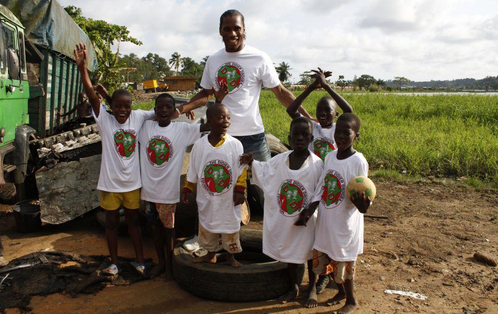 Didier Drogba, en uno de los proyectos de su fundación.
