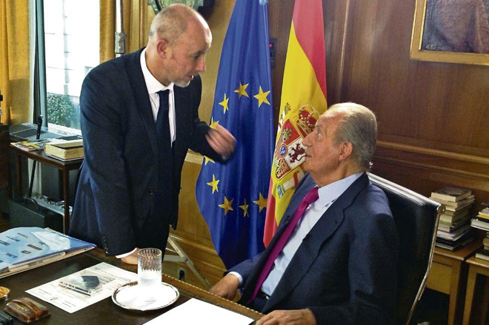 El rey Juan Carlos conversa en su despacho con el cineasta Miguel Courtois.