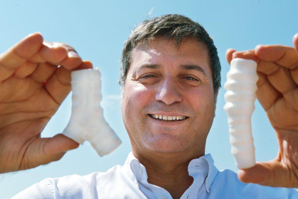 El cirujano Paolo Macchiarini muestra en 2011 las tráqueas de plástico que usaba en sus trasplantes
