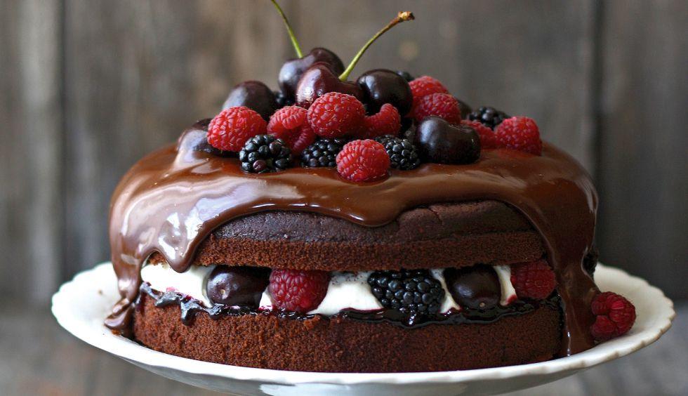 Tarta selva negra con frutos rojos.