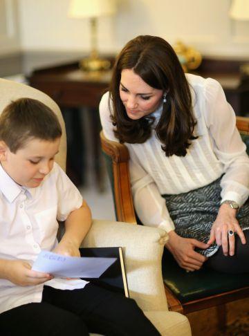 La duquesa de Cambridge habla con uno de los niños en la redacción de 'The Huffington Post'.