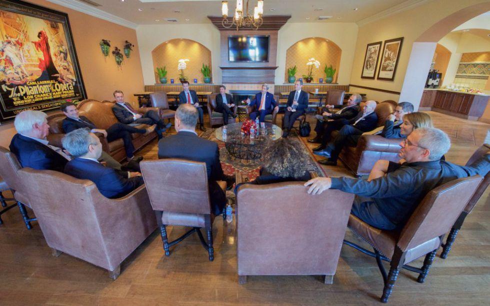 John Kerry (al fondo con corbata naranja) y los directivos de los principales estudios de Twitter durante su reunión.