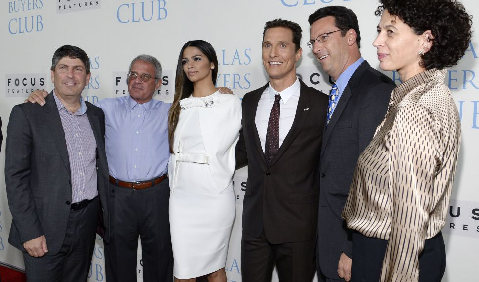 De izquierda a derecha: Jeff Shell, presidente de Universal Filmed Entertainment Group, Ron Meyer, presidente de Universal Studios, Camila Alves y su esposo el actor Matthew McConaughey, Andrew Karpen, CEO de Focus Features y Donna Langley, presidenta de Universal Picture.