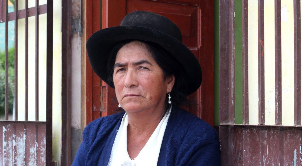Candelaria Pino perdió a su marido Filiberto. Entraron ocho militares encapuchados a casa y se lo llevaron. Su cuerpo no ha aparecido. Hoy, ella vive con su hija en la ciudad de Ayacucho, capital del departamento del mismo nombre, donde se concentran el 40 % de las víctimas.