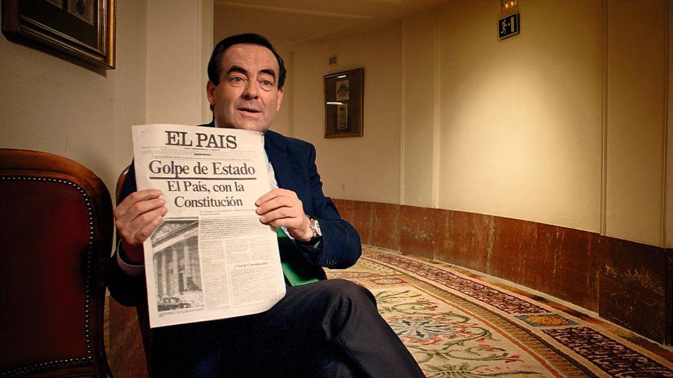 El político José Bono, con la edición especial en un fotograma del documental.